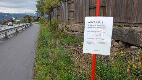 LANGS VEIEN: Flere steder er det satt opp slike advarselskilt langs gangveier og grøftekanter. Her fra Kirkelina.