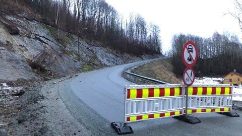 STENGT GJENNOM HELGA: Vestsideveien i Lier er stengt etter jordras sent fredag kveld. Nå varsler SVV at veien holdes stengt til 3. februar.