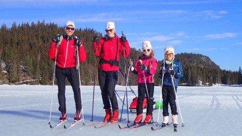 Etter fire timer med hjemmeskole var det klart for skitur og en gymtime for denne familien fra Lierbyen. Fra v. Jonas Sundet, Karen Gjerstad, Sigrun og Selma Gjerstad Sundet og Albert i pulken.