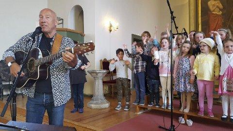 KOMMER TIL TRANBY: Bjarte Leithaug sørget for en super konsert sammen med barna i TraLbagos og MiniTral i 2018. Nå kommer han tilbake, og vil gjerne ha enda flere barn å synge sammen med i år.