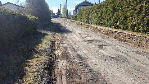 Slutt på grus: I disse dager klargjøres blant annet Svangstrandbakken, den siste kommunale grusveien i Sylling, til asfaltering.