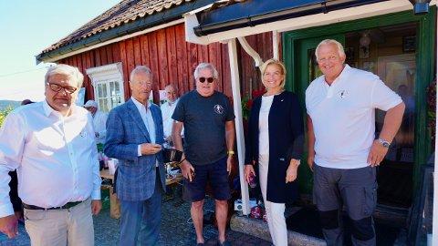 Storfint besøk: Både tidligere IOC.medlem, Gerhard Heiberg, og idrettspresident Berit Kjøll var på besøk på Haugstua mandag. Her flankert av Knut Olaf Kals, Svein O. Halvorsen og Marius Morin i Skikongens Venner.