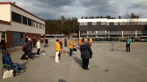 UTENDØRS SANG: Slik har Vice Versa gjennomført flere øvelser under koronapandemien. Her fra utendørsøvelse på Tranby fra april. Nå inviterer koret til konsert i Lierskogen kirke 12. oktober.