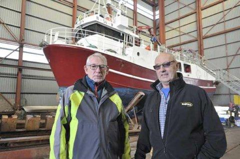 Knut Krogstad og Jens Petter Hovde i Lofoten Sveiseindustri sin slipphall der man heretter også kan tilby både marine motorer og kraner til kystflåten.