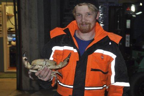 Roger Hay var fornøyd mandagens fangsten og viser fram en storvokst taskekrabbe.
