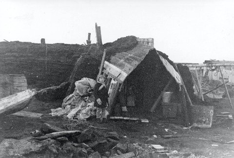 I Gamvik skjulte store deler av befolkningen seg for tyskerne og bodde gjennom vinteren i provisorier.
