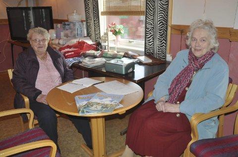 Magda Langstrand (97) og Arna Grønbech har vært med på samtlige julemesser på Havly i Stamsund. I år har de ansvaret for loddsalget.