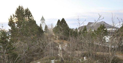 Langåsen: Langåsen natur- og skulpturpark skal komme fra Svolvær kirke i bakgrunnen og helt nord til Byparken i andre enden av Langåsen.Begge foto: Knut Johansen
