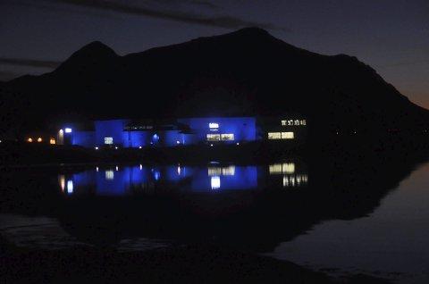 BLÅTT: Bygget til Lofotprodukt AS farget blått fredag morgen. Foto: Kai Nikolaisen