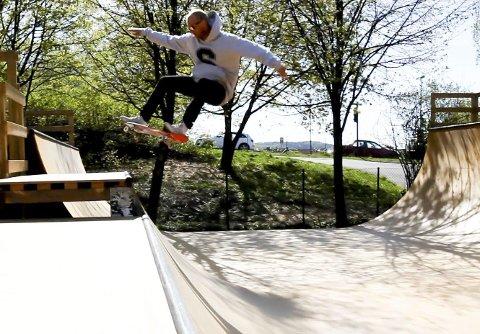 Skating: Skateboarding med halsbrekkende triks er en naturlig ingrediens på Fatstone TV.