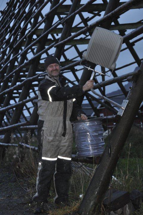 HJELLER: Ole Skjeseth er klar til å strekke ut kablene til spotene som skal lyse opp hjellene på Svinøya