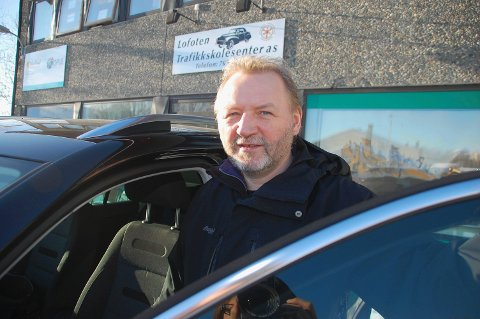 Opplyser om trafikkregler: Trafikkskolelærer Gudmund Zakariassen mener det er grunn til at ikke fartskiltet står ved krysset.
