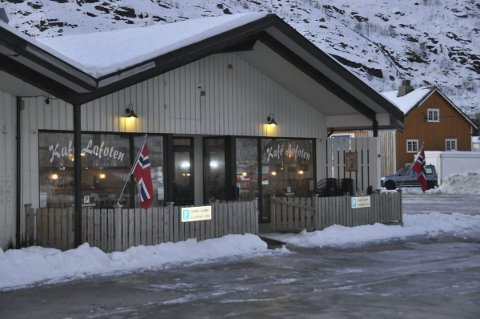 Skuffet: Kjell Ringvej stengte Kafe Lofoten i slutten av august. Nå viser det seg at Statens vegvesen neppe river bygget før til vinteren.