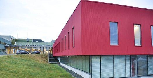 Nordlandssykehuset Lofoten; somatisk tilbud t.v. og i det røde bygget holder Lofoten Distriktspsykiatriske senter til. Snart uten mulighet til å legge pasienter inn for en natt eller to for observasjon og behandling.