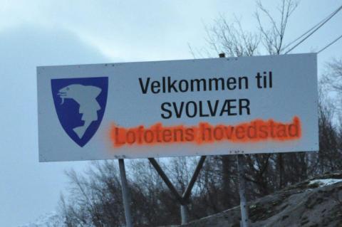 Det ser ikke ut som alle er enig i at Svolvær er Lofotens hovedstad. Foto: Bjørnar Larsen