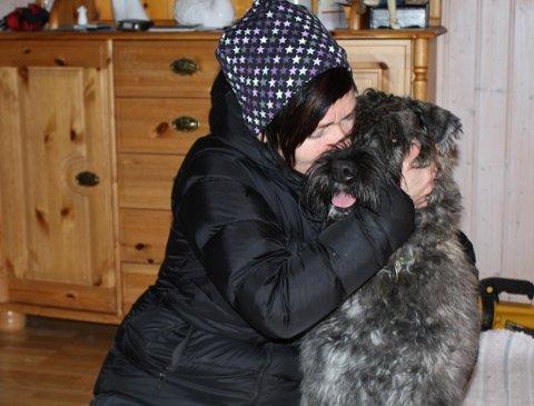 Eier Karin Anita Sørdal er overlykkelig over å ha funnet hunden sin, Nala igjen.