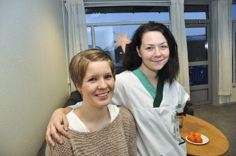 FORNØYD: Sykepleierne Marianne Skjerpen og Jeanette Pettersen tar fem minutter på det nye personalrommet. Begge rullerer mellom legevakten og de kommunale øyeblikkelige hjelpplassene som ligger vegg- i-vegg. Foto: Lise Fagerbakk
