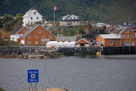 Idylliske Sakrisøy ligger midt mellom Hamnøy og Reine i Moskenes