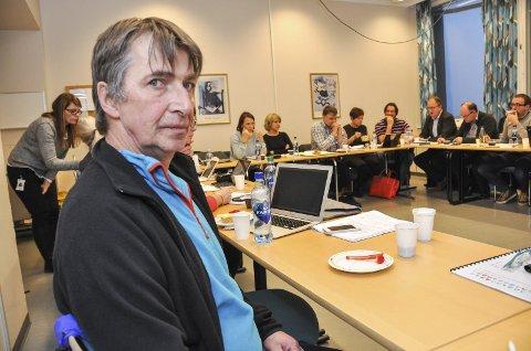 Brukerrepresentant Carl Eliassen sier mange kommuner ikke tar vare på psykiatripasienter. Bak representanter fra kommunene.