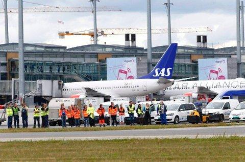 Flyene kommer til å stå på bakken en time kommende tirsdag.