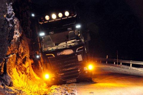 Elendig skodd: Denne utenlandske traileren skled ut av veien og havnet i bergveggen mens den sto i kø