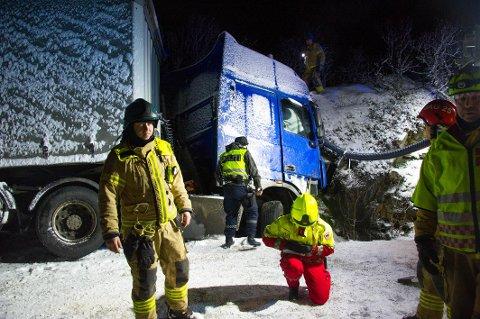 Politi, brann og ambulanse rykket ut med store mannsakper til trailerulykken ved Budalen