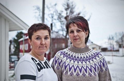Fortvilelse: Det råder fortvilelse blant innbyggerne, over at det ikke lenger finnes legekontor i Stamsund, forteller Marit Johansen (til høyre) og Ann Renee Albrigtsen. De setter blant annet fingeren på informasjon og parkering på Leknes.   Begge foto: Audun Rønningen