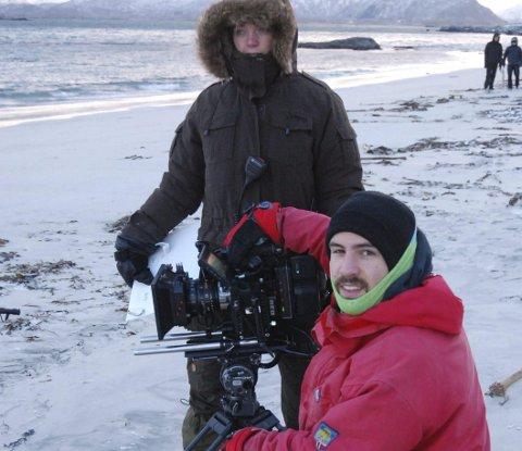 Godt innpakket: Innspillingsleder og produksjonsleder Annett Ødegaard sammen med regissør Jørn Ranum på stranda på Eggum.