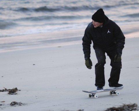 Ruller: Skateboard er et uvant syn på strendene i Lofoten.