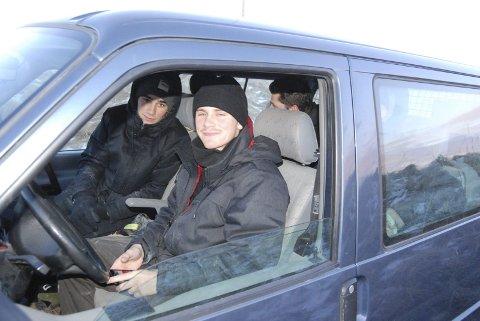 Kaldt: Skaterne varmer seg i bilen. Karsten Kleppan (nærmest) og Didrik Galasso tar en pause fra skatingen.