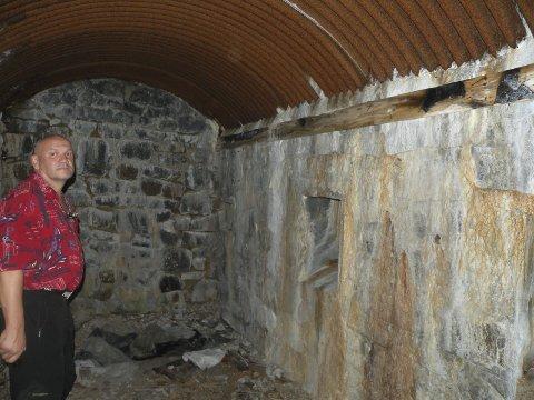 Bunker:  Bunker i Løkthaugen har fremdeles bjelken som det ble slått spiker inn i og hvor tyskerne hengte hjelmene sine intakt. En turist fra Bergen til høyre på befaring i 2014.