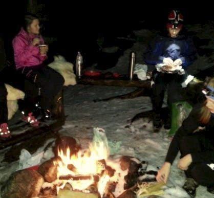 BÅLKOS: Her inntas kveldsmaten rundt bålet. Foto: Tone J. Pedersen