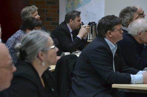 KVU-møte: Politikere fra hele Lofoten møtte opp mann- og kvinnesterke på møtene i Lofoten med Statens vegvesen i høst. Her blir de orientert om prosessen videre.                 Foto: Karin P. Skarby