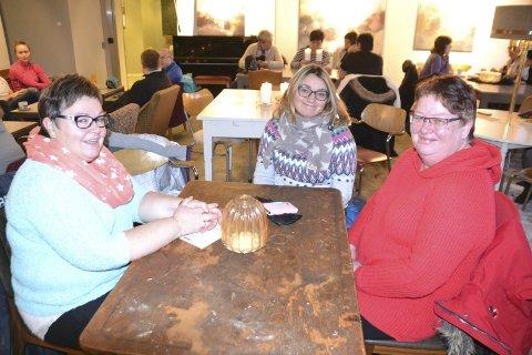 – Fra venstre Bente Nordly, Yvonne Engen og Vibeke Strømnes fra Balstad skole. De hadde med seg alle sine kollegaer på den politiske streiken.
