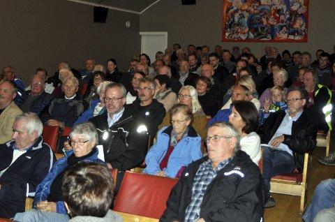 Avstemning: Folkemøte om nasjonalpark på Sørvågen i fjor. Utover vinteren livner debatten til igjen. foto: Magnar johansen
