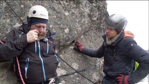 TV-kjendis Truls Svendsen og balansekunstner Eskil Rønningsbakken på vei opp Svolværgeita. Forrige gang Svendsen forsøkte, måtte han avbryte på grunn av høydeskrekk.