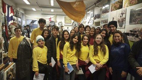 Langveisfarende: Denne skoleklassen fra Brasil kom ens ærend til Lofoten for å besøke Krigsminnemuseet. Foto: Privat