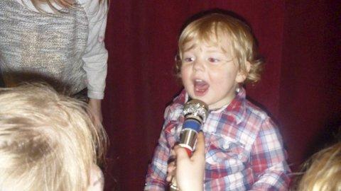 SJARMØr: Denne lille sangstjernen sang av full hals. Alle foto: Eli Folden