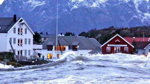 Varsle Stormflo: Slik så det ut inn mot torget i Kabelvåg i november 2011 da stormfloa «Berit» raste som verst. Foto: Jan Ivar Rødli