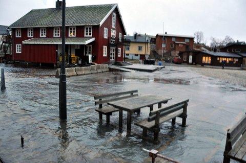 Stormflo: I framtiden vil vi få hyppigere tilfeller av stormflo, slik som vi ser her fra Kabelvåg. Foto: Gullik Maas Pedersen