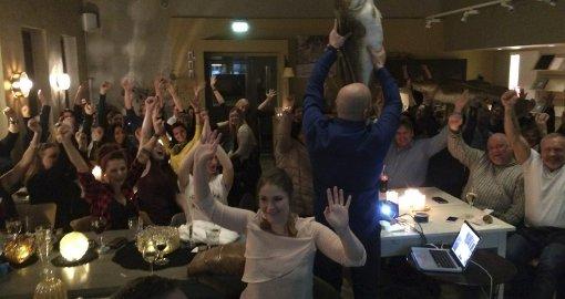 Feiret på Leknes: På Sans og samling hadde ca. 80 personer møtt opp for å følge med på prisutdelingen av Gullfisken 2014, der Lofotprodukt gikk til topps.Foto: Privat