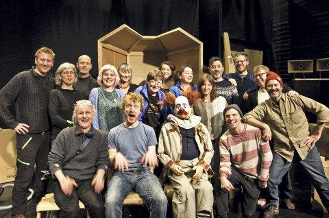 Tropper:' Sju av de arbeidene teatertroppene var ikke tilstede da bildet ble tatt, så tilsammen 23 personer går for øyeblikket på høygir hos Figurteatret i Stamsund.Foto:aUDUN rØNNINGEN
