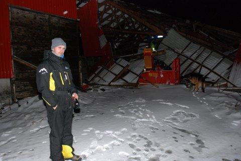 Store ødeleggelser: Bonde Alexander Melle Eriksen konstaterer at fjøsen har fått store skader på låven, men er glad for at dyrene ble uberørt av ødeleggelsene.