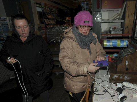 Ladebordet: Siv Hilde Lillehaug og Inger Tørrissen gjør her klar for lading på ladebordet hos Joker-butikken i Henningsvær.