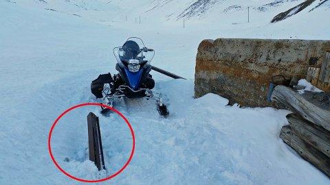 Snøskuteren kjørte rett i stålbjelken som stakk opp av snøen.