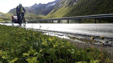 Langs veien: Det er mye alenetid langs E10 gjennom Lofoten, her i Rørvika i Vågan. Men man treffer også mange folk underveis, blant annet møtte vår journalist Liz og Fredy Bilger  (innfelt) fra Zürich på sykkelferie i Lofoten. Foto: Ingvil V. Tallaksen/Karin P. Skarby