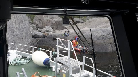 HENTES: Her blir kvinnen hentet av mannskapet på «Det Norske Veritas» og brakt om bord i skøyta. Foto: «Det Norske Veritas»