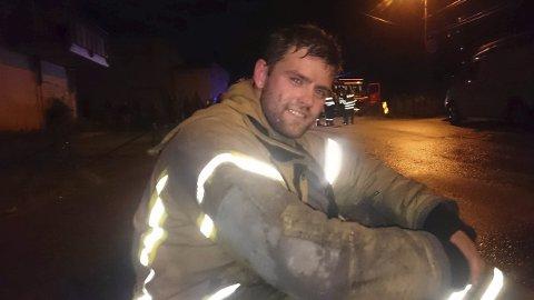 Lars Ottemo Gärtner smiler etter en hard dag på jobb, heldigvis uten at liv gikk tapt.