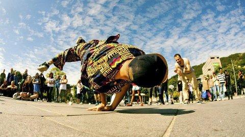 Imponert: Publikum følger imponert med på dansingen.