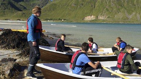 Kurt Atle instruerer ungdommen i roing.foto: Karianne Steen
